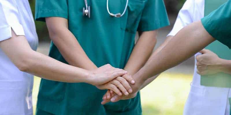 Estados Unidos oferecem visto a médicos e enfermeiros